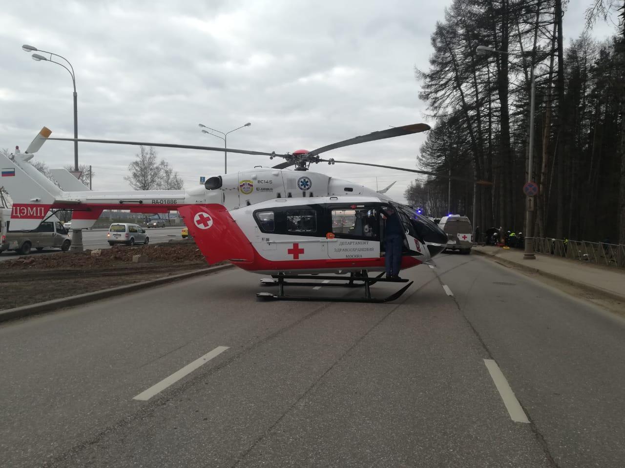 Экипаж дежурного санитарного вертолета Московского авиационного центра провел операцию по спасению