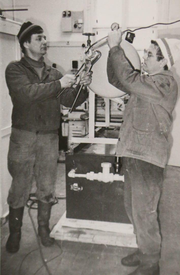 1980 год. Николай Миков (слева) вместе с коллегой монтируют компрессор на экспериментальном железнодорожном кольце. Фото из личного архива