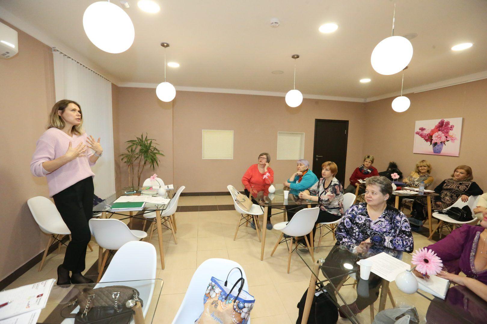 В первый час занятия участники слушают лекцию на темы питания и здоровья и задают вопросы. Фото: Виктор Хабаров
