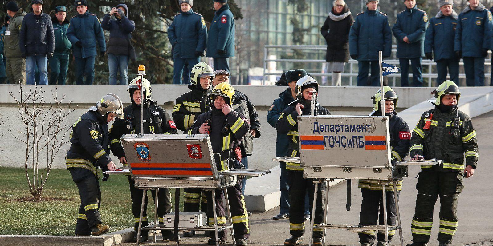 Московские спасатели провели масштабные ученияс применением авиациинаВДНХ