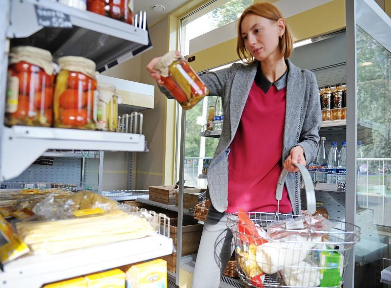 Чтобы сделать правильный выбор при покупке продуктов, необходимо читать состав. Фото: Александр Кожохин