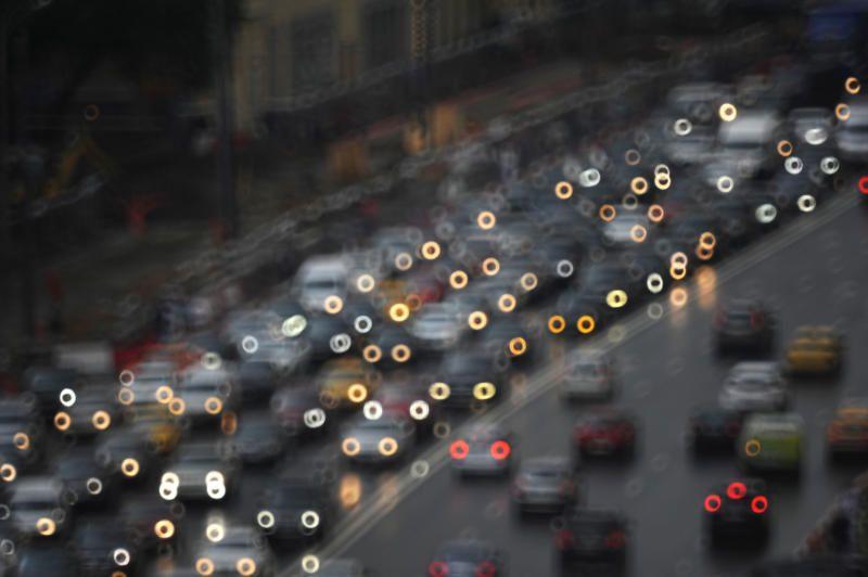 Московских водителей призвали пересесть на метро и МЦК