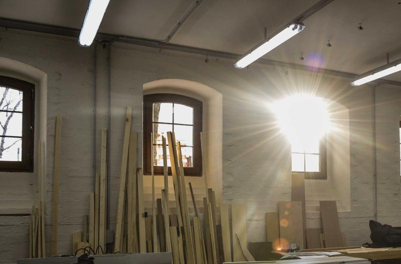 Забор изготовлен из металлических секций с кирпичными колоннами между ними. Фото: Пелагия Замятина, «Вечерняя Москва»
