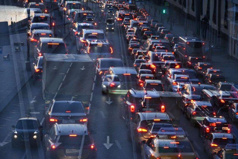 Московских водителей попросили пересесть на метро