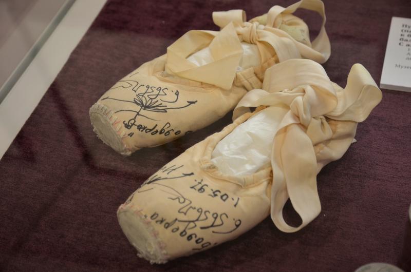 Выставку с эскизами костюмов и декораций представили в музее-усадьбе в Остафьеве