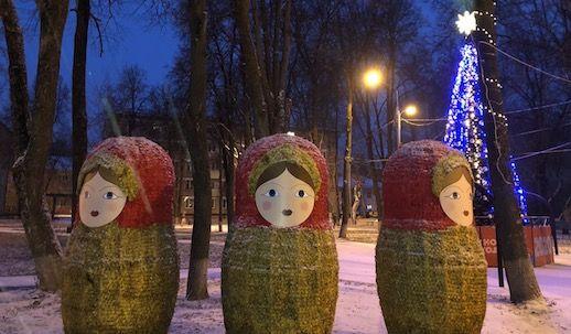 Новогодние фигуры в виде матрешек поставили в Рязановском