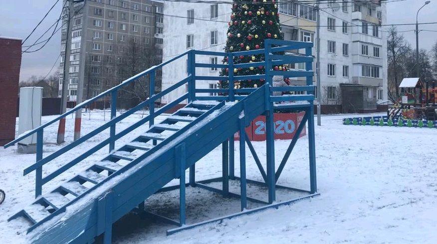 Две ледяные горки установили в Десеновском