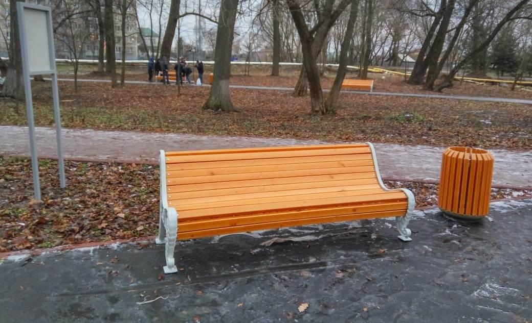 Новые скамейки и урны разместили в парке села Кленово
