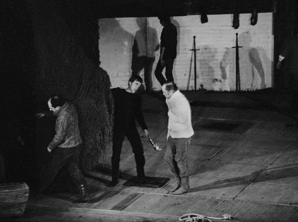 1974 год. Высоцкий и Иванов-Таганский во время репетиции «Гамлета». Фото: из книги Валерия Иванова-Таганского «Триумф и наваждение»