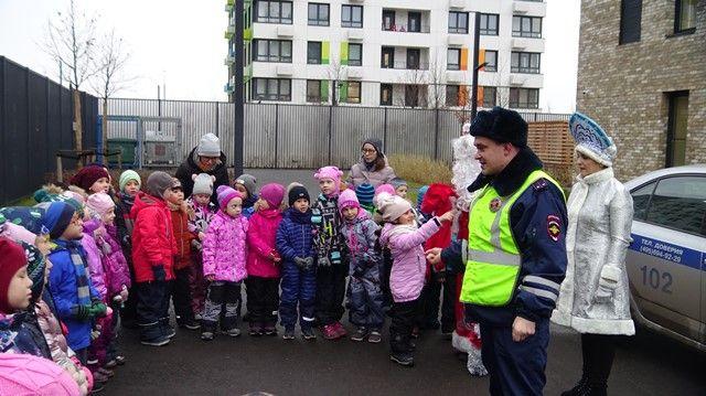 Сотрудники ГИБДД ТиНАО и «Полицейский Дед Мороз» поздравили дошколят с наступающим праздником