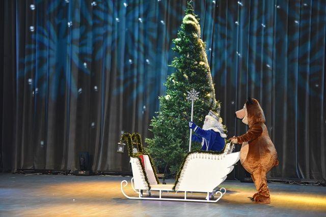 В ТиНАО «Полицейский Дед Мороз» и Снегурочка поздравили детей сотрудников полиции с наступающим Новым годом. Фото: пресс-служба УВД по ТиНАО