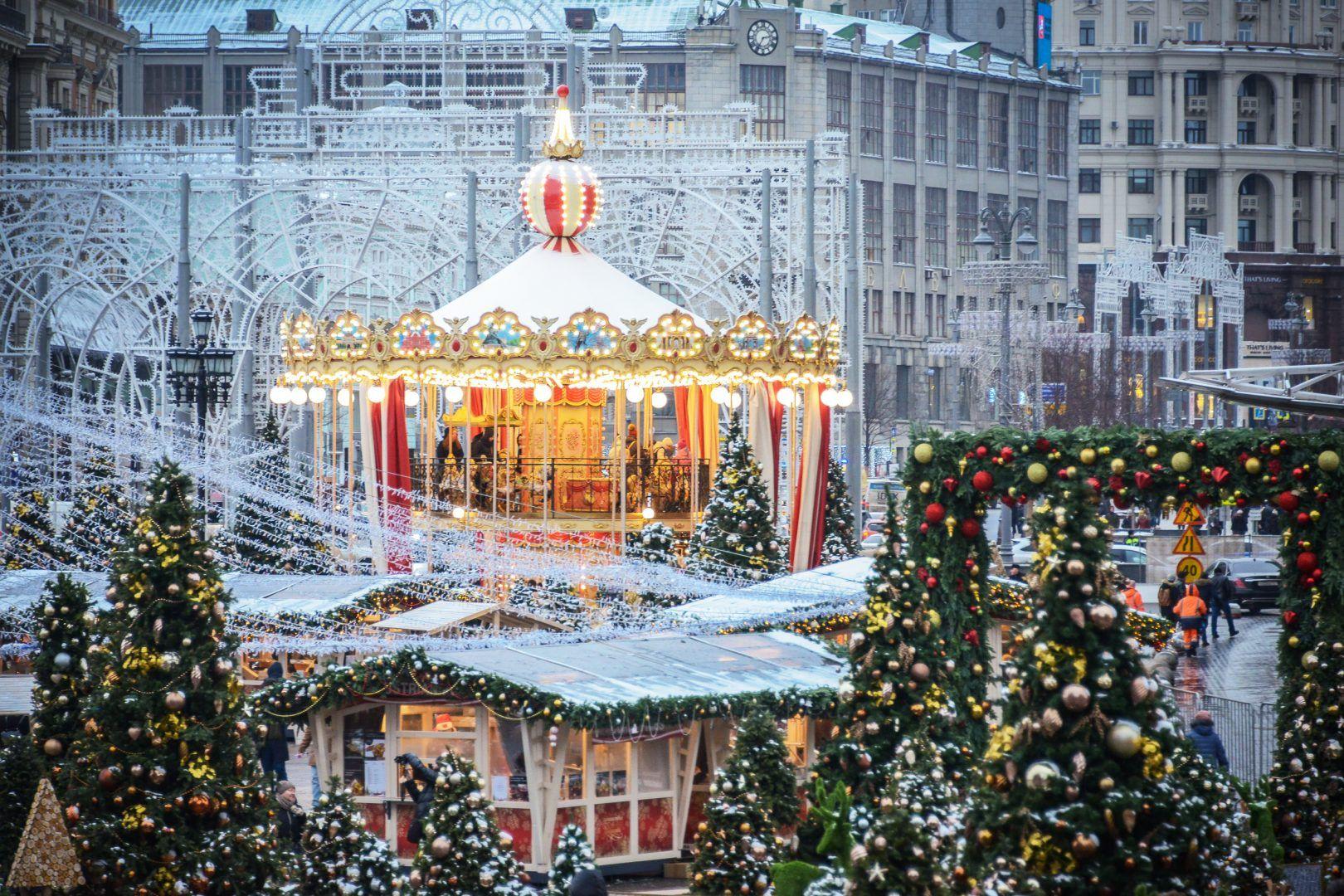 В этом году в городе установили больше 300 праздничных елей. Фото: Наталья Феоктистова