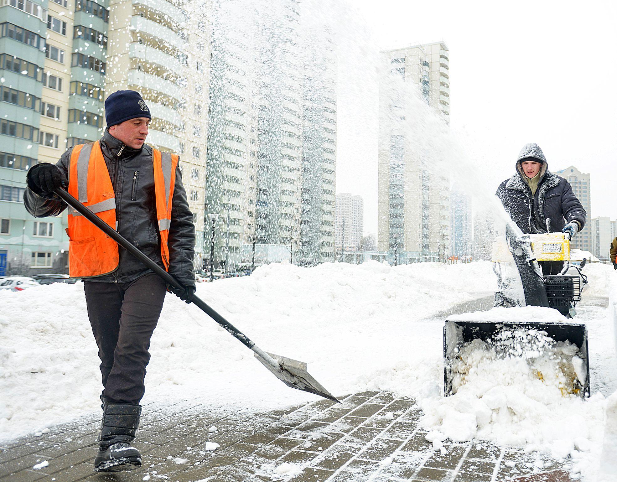 Коммунальные службы Москвы продолжили уборку снега
