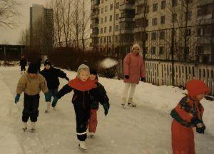 1995 год. В первый раз Александра встала на коньки в детском саду. Фото из личного архива