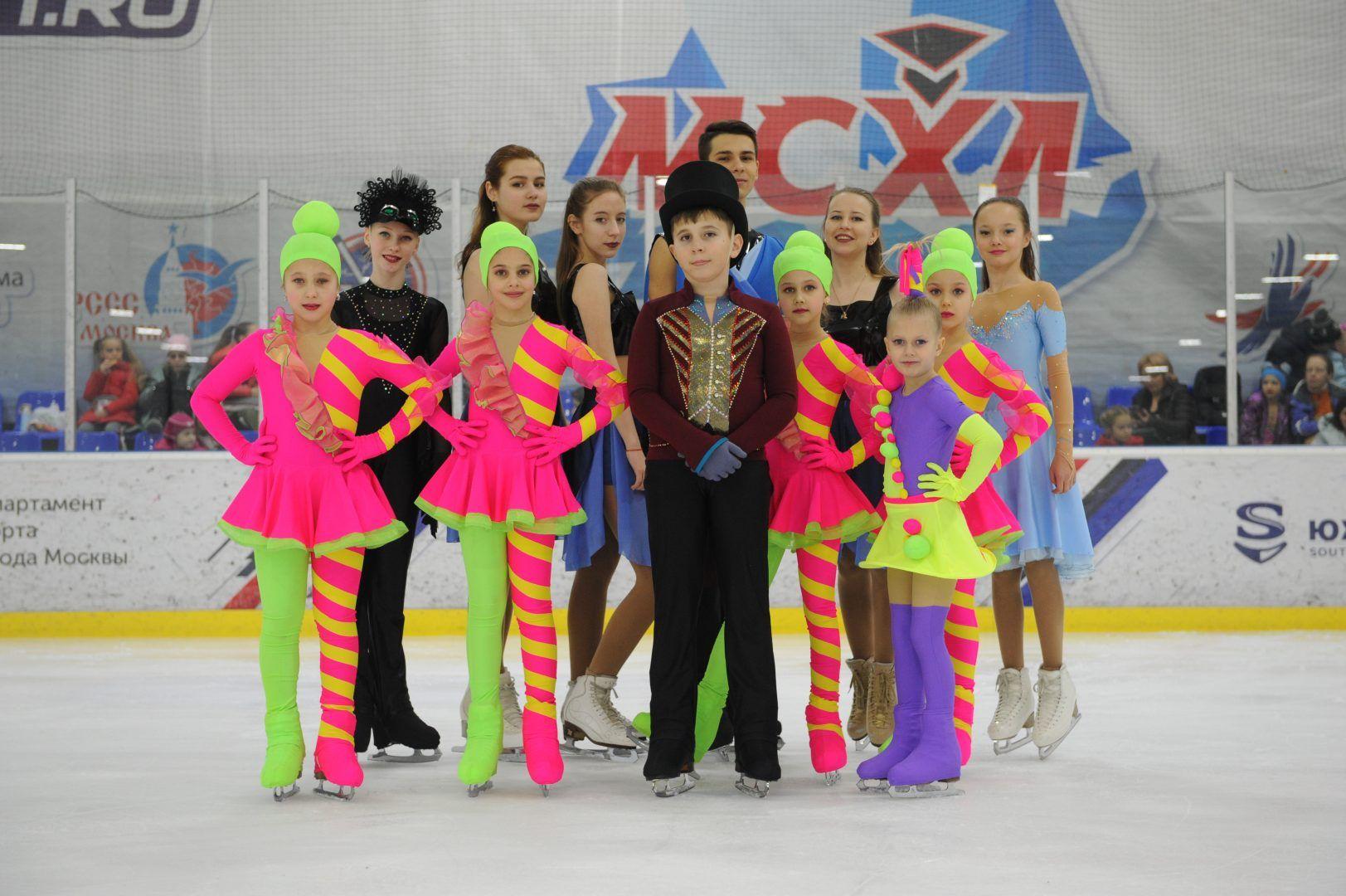 Детский танцевальный коллектив предствил яркую программу на льду. Фото: Игорь Генералов