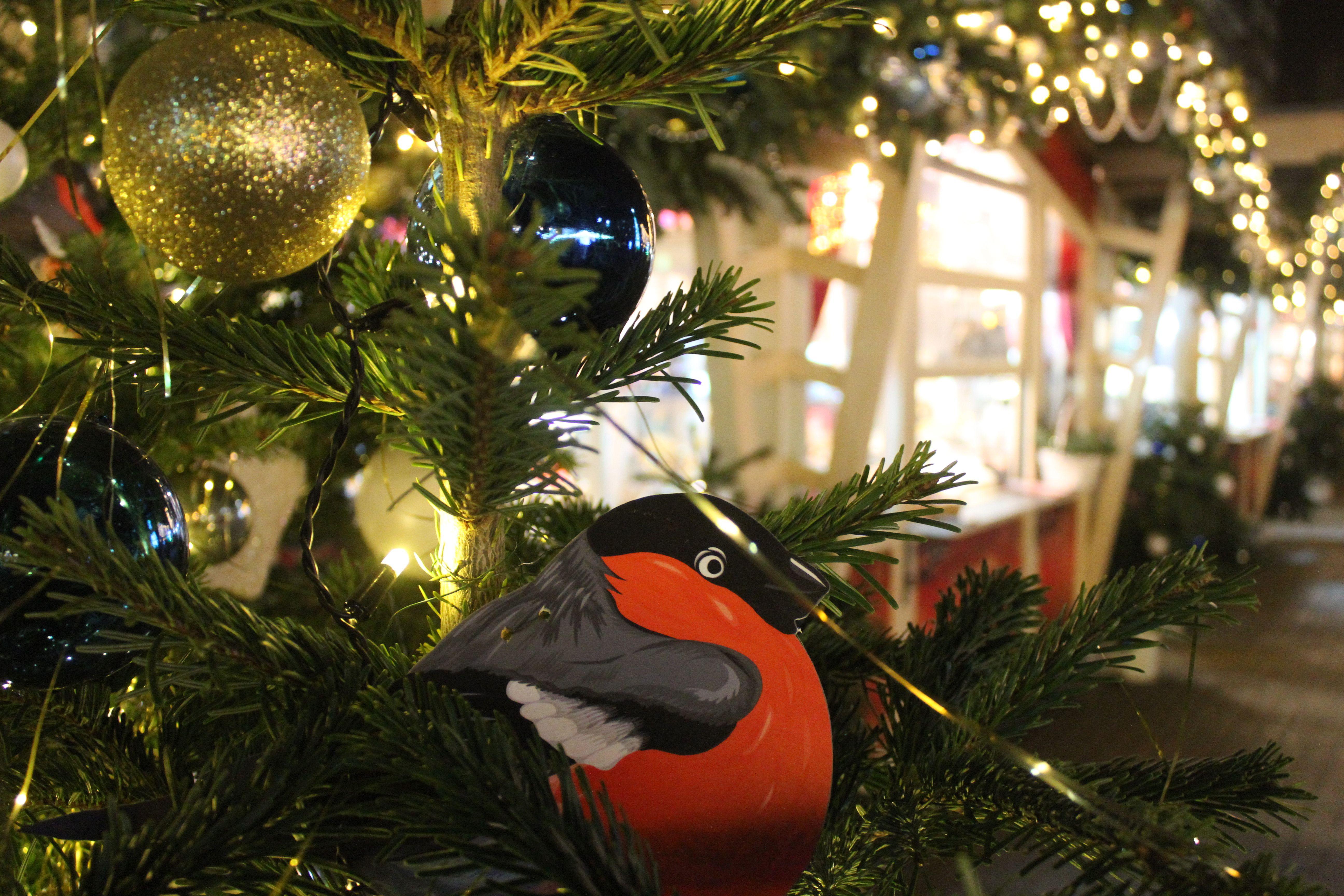 Улицы Троицка украсили в новогодней тематике