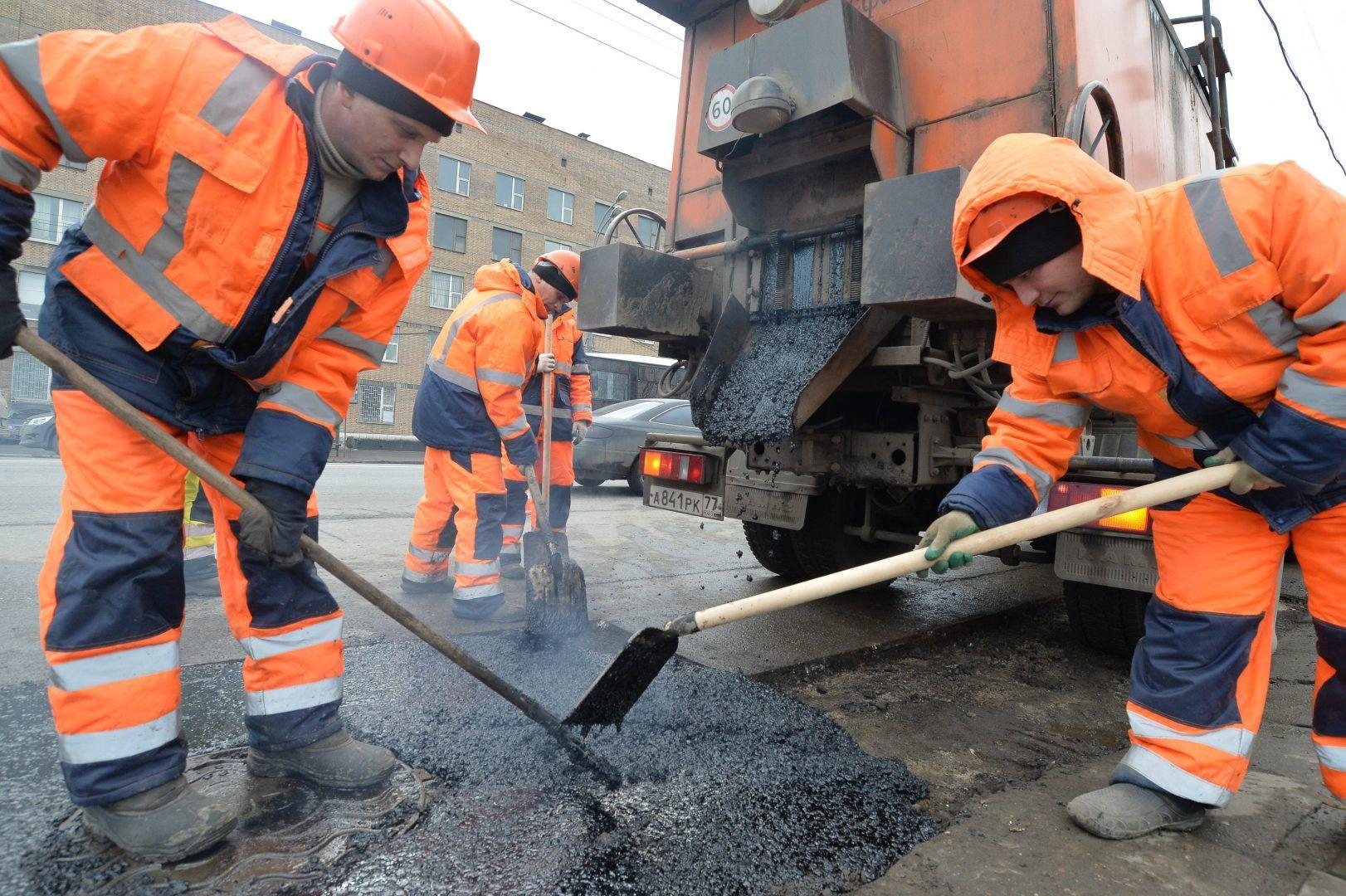 Сотрудники подрядных организаций отремонтируют 15 дорог. Фото: Александр Казаков