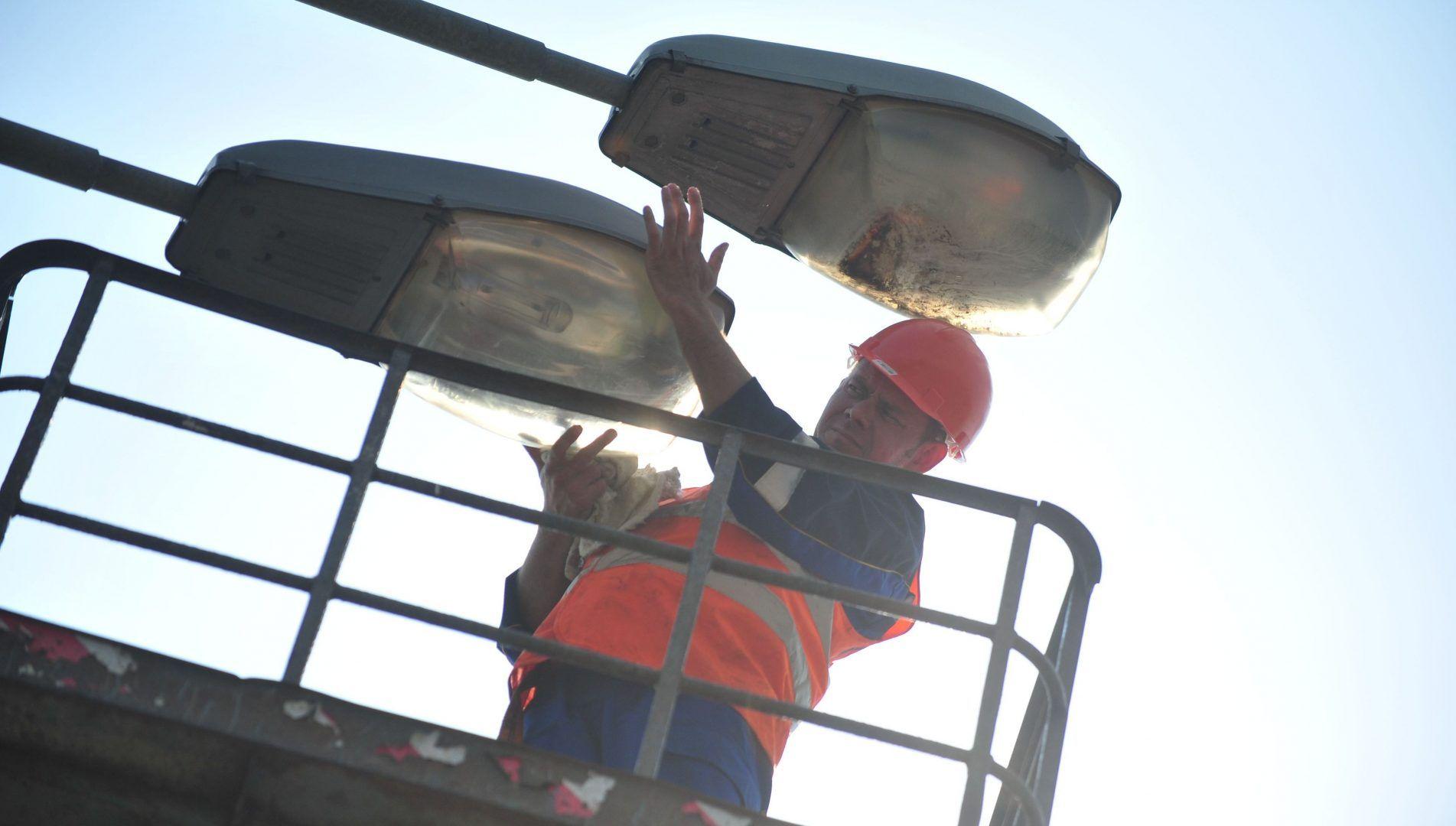 Специалисты установили фонари уличного освещения. Фото: архив, «Вечерняя Москва»