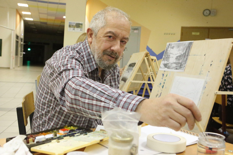 Представители старшего поколения из Московского освоили технику гризайль