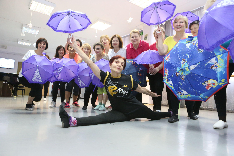 Бабушки из Троицка танцуют с зонтиками