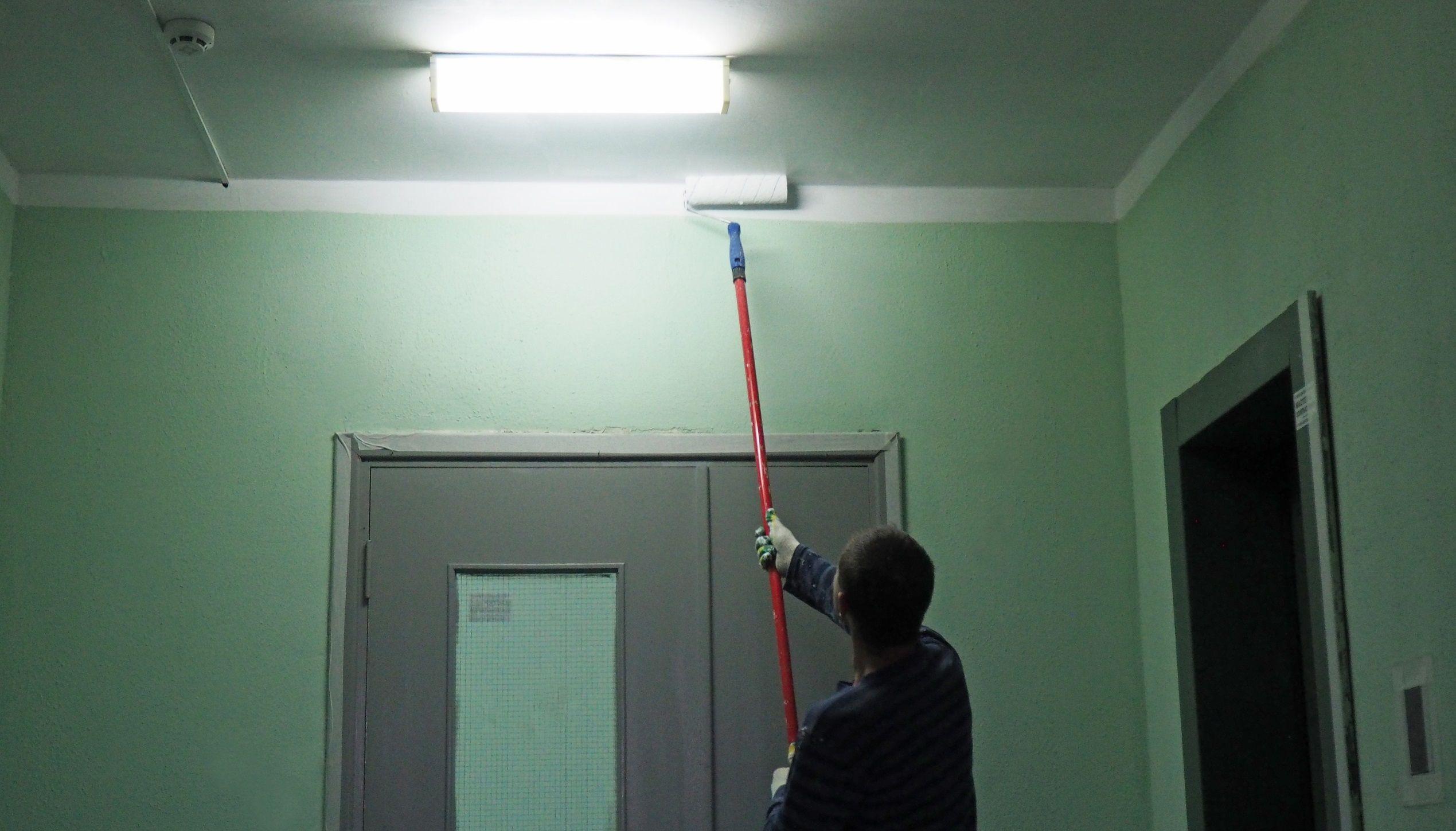 Первый этап покраски подъездов жилого дома завершили в Рязановском