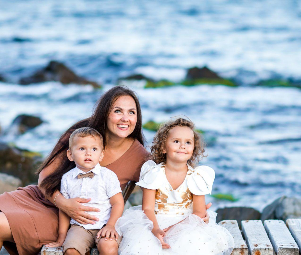 2019 год. Александра со своими детьми, Дамианом и Виринеей, на отдыхе в Болгарии. Фото из личного архива