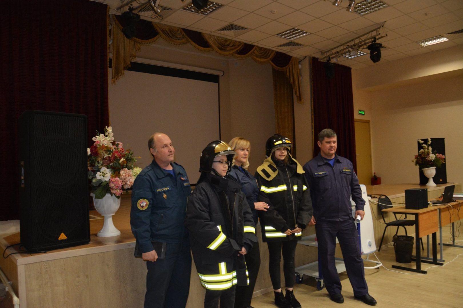 Московские спасатели проводят «Уроки мужества». Фото: пресс-служба Управления по ТиНАО Департамента ГОЧСиПБ