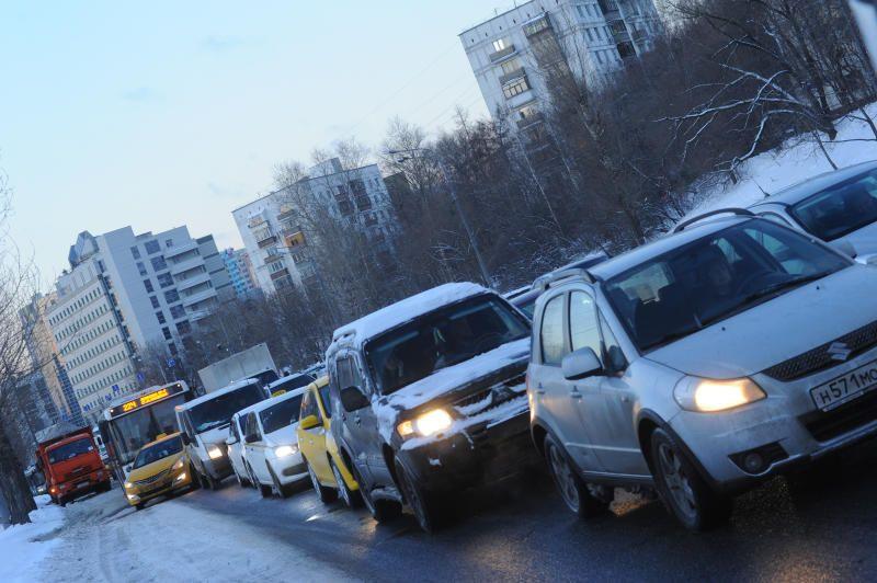 Москвичей предупредили о сильном ветре и гололедице