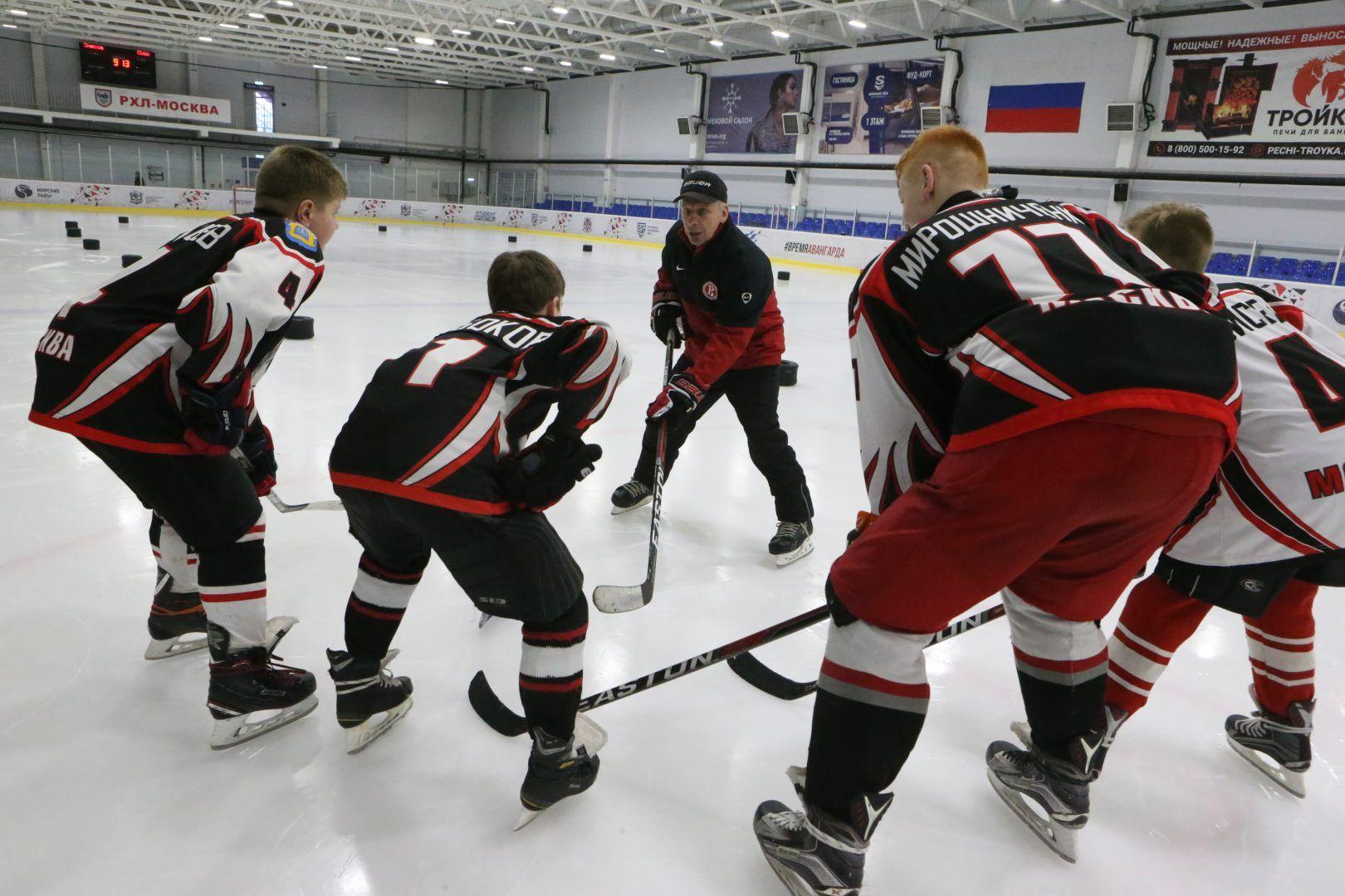 Петр Аникиев проводит тренировку со своими воспитанниками из сборной команды «Золотая шайба». Фото: Виктор Хабаров