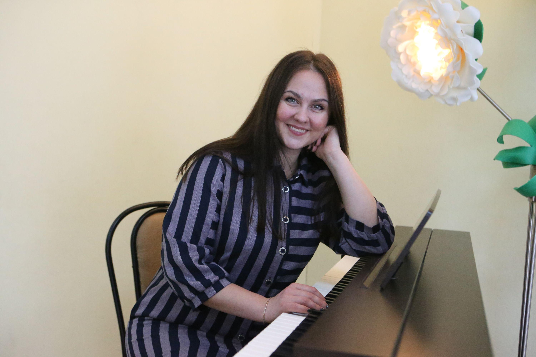 Руководитель театра эстрадной песни «Радуга звезд» Александра Кандалина. Фото: Виктор Хабаров