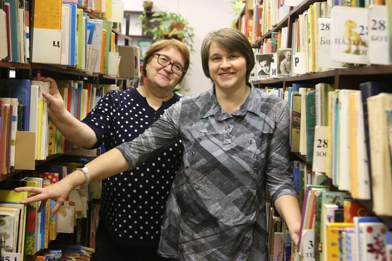 Сотрудницы библиотеки № 2 Елена Дука (слева) и Татьяна Улымжиева. Фото: Виктор Хабаров