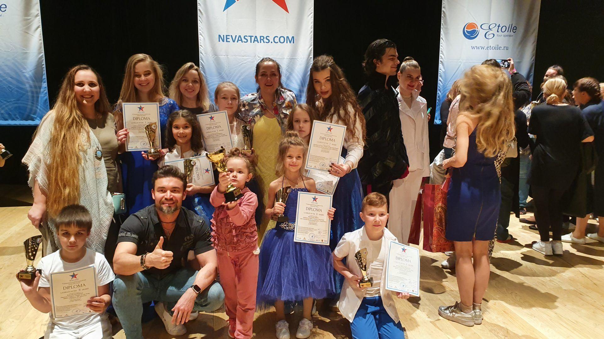 2020 год. Александра со своими учениками на международном песенном конкурсе в Дубае. Фото из личного архива
