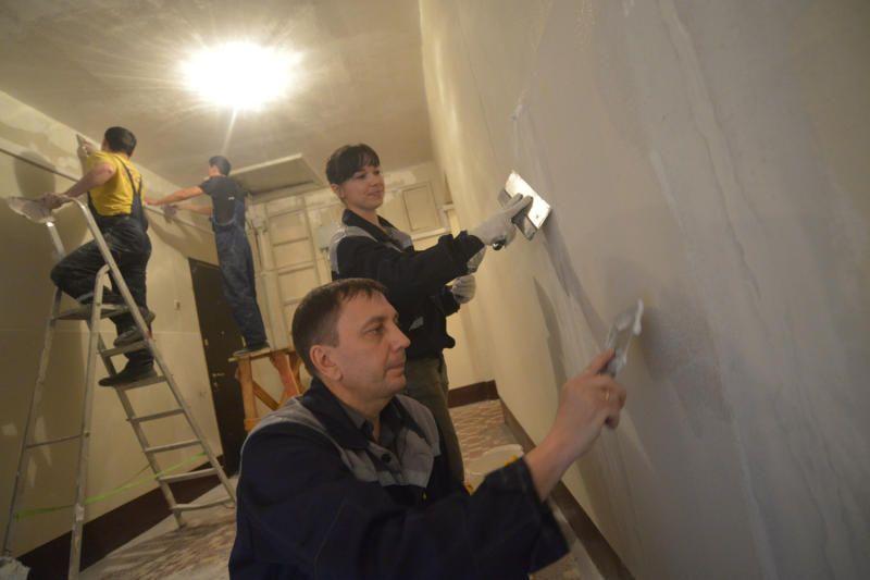 Ремонт в подъездах трех жилых домов стартовал в Десеновском