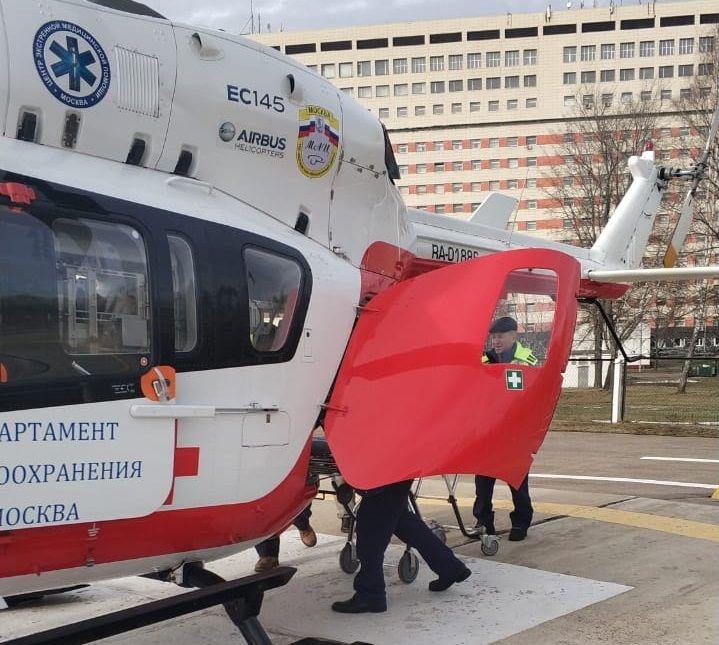 Санитарный вертолет доставил пациента в больницу из села Вороново