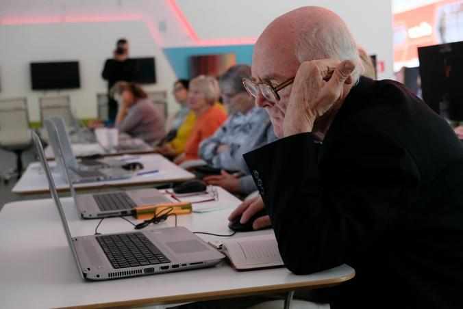 На занятиях представители старшего поколения проходят путь от начинающего до продвинутого пользователя. Фото: архив, «Вечерняя Москва»