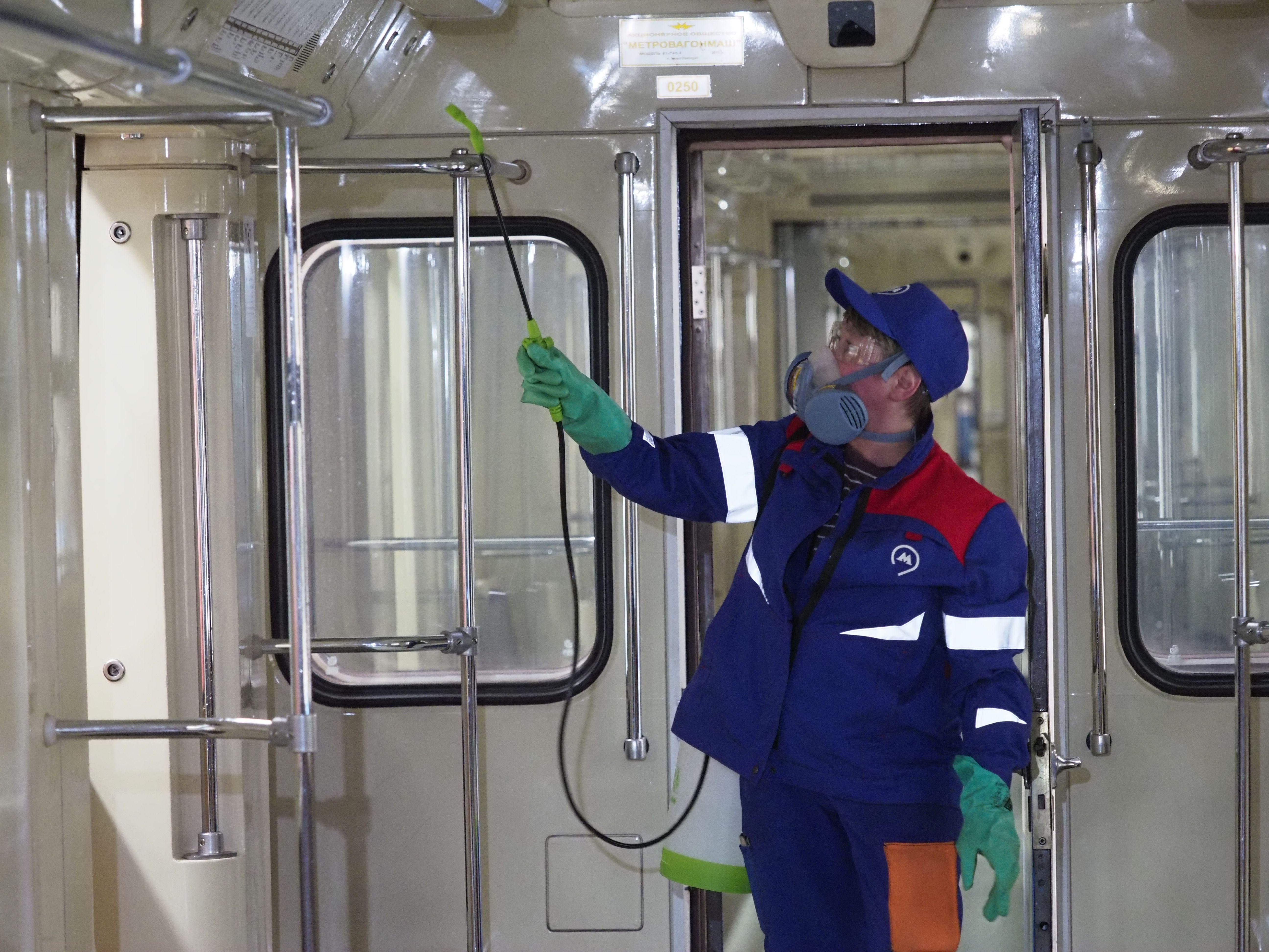 Меры по борьбе с коронавирусом усилили в московском метро