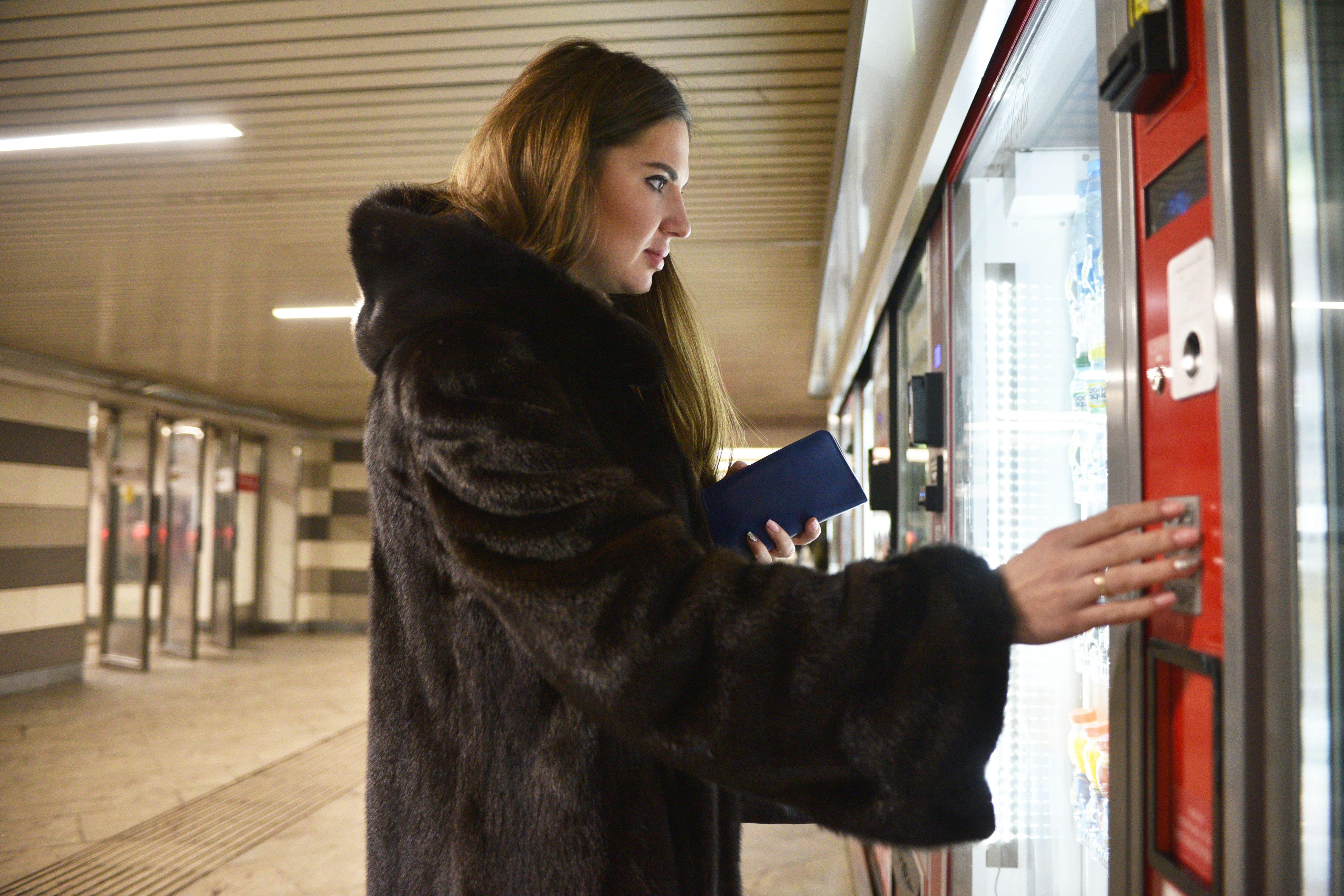 Подарочная монета «Рожденный в СССР» стала самым популярным сувениром в автоматах метро