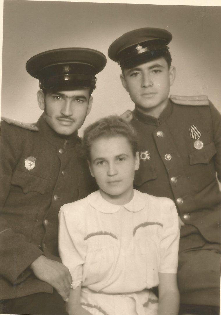 Рига. 1946 год. Геннадий Петров (справа) с друзьями Андреем Бабченко и Верой. Фото: из семейного архива