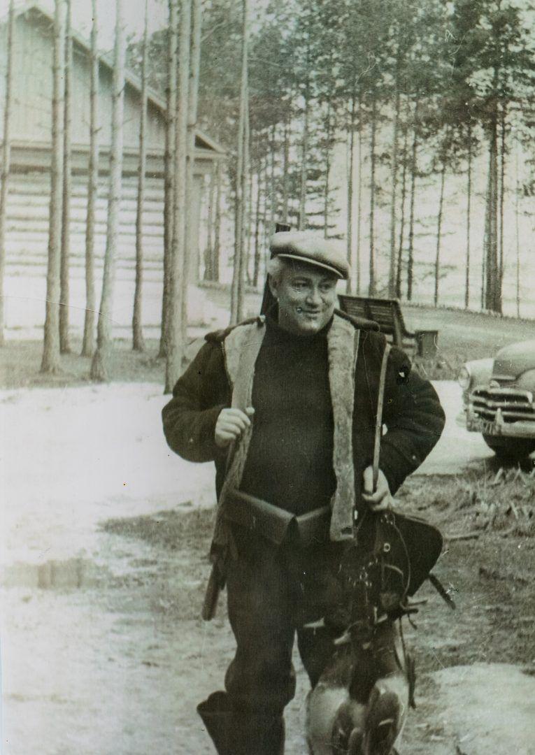 Юрий Нагибин в 1970-е годы. В свободное время писатель любил гулять по лесу. Фото: из личного архива