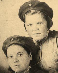 Галия Ибрагимова (слева) поехала на фронт после школы. Фото из семейного архива