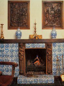 Камин, который Алла выложила голландскими изразцами XVII века из Шереметевского дворца. Фото: из личного архива