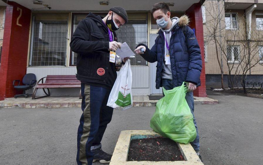 Семь тысяч соцработников оказывают помощь москвичам на самоизоляции