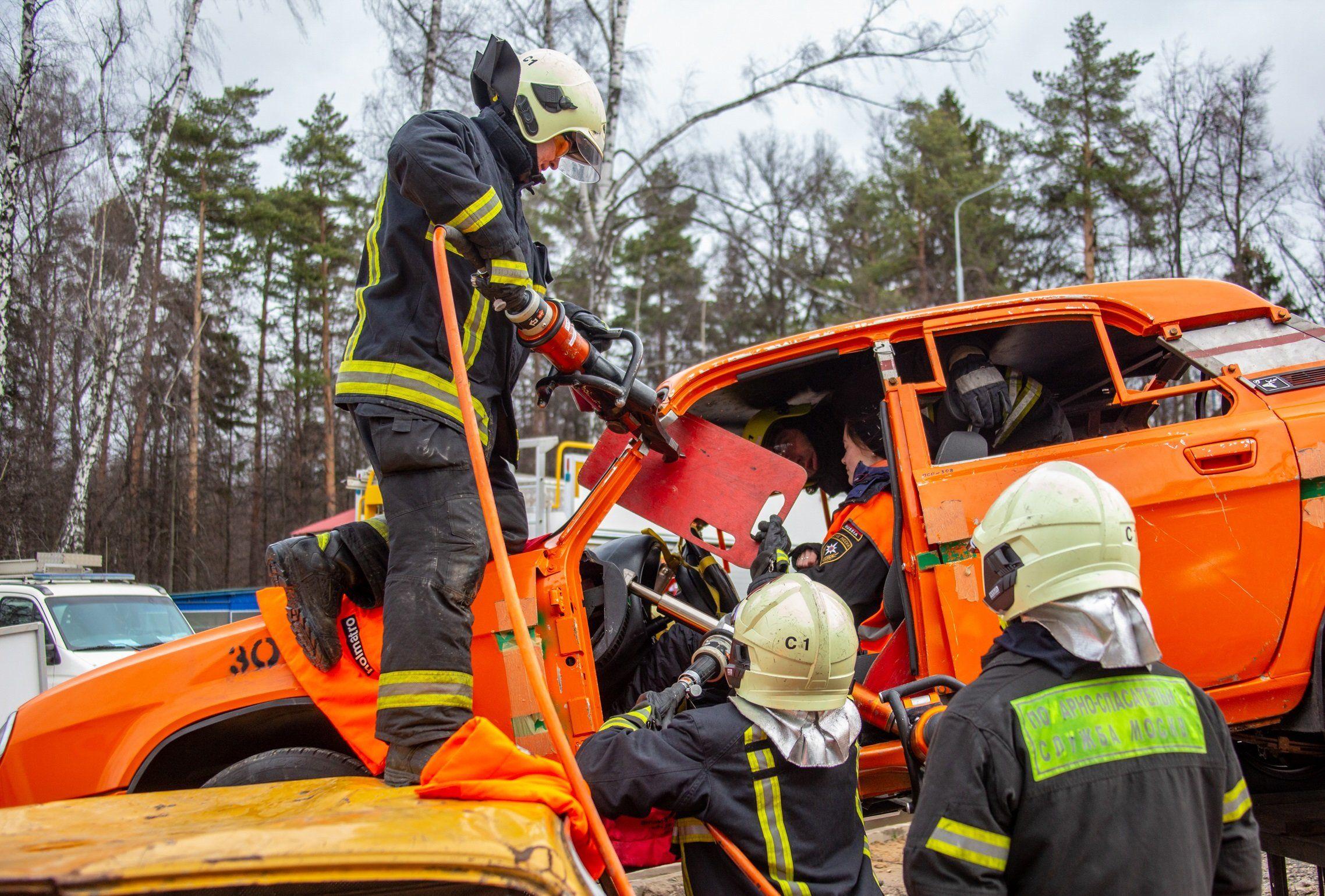 Около тысячи спасателей обеспечивают безопасность столицы