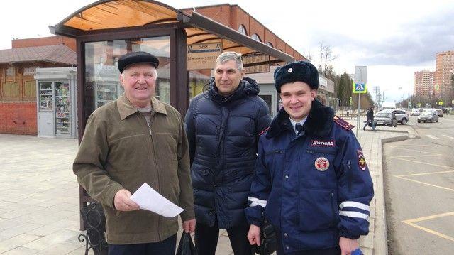 Сотрудники Госавтоинспекции Новой Москвы совместно с общественником напомнили гражданам пожилого возраста о правилах дорожного движения