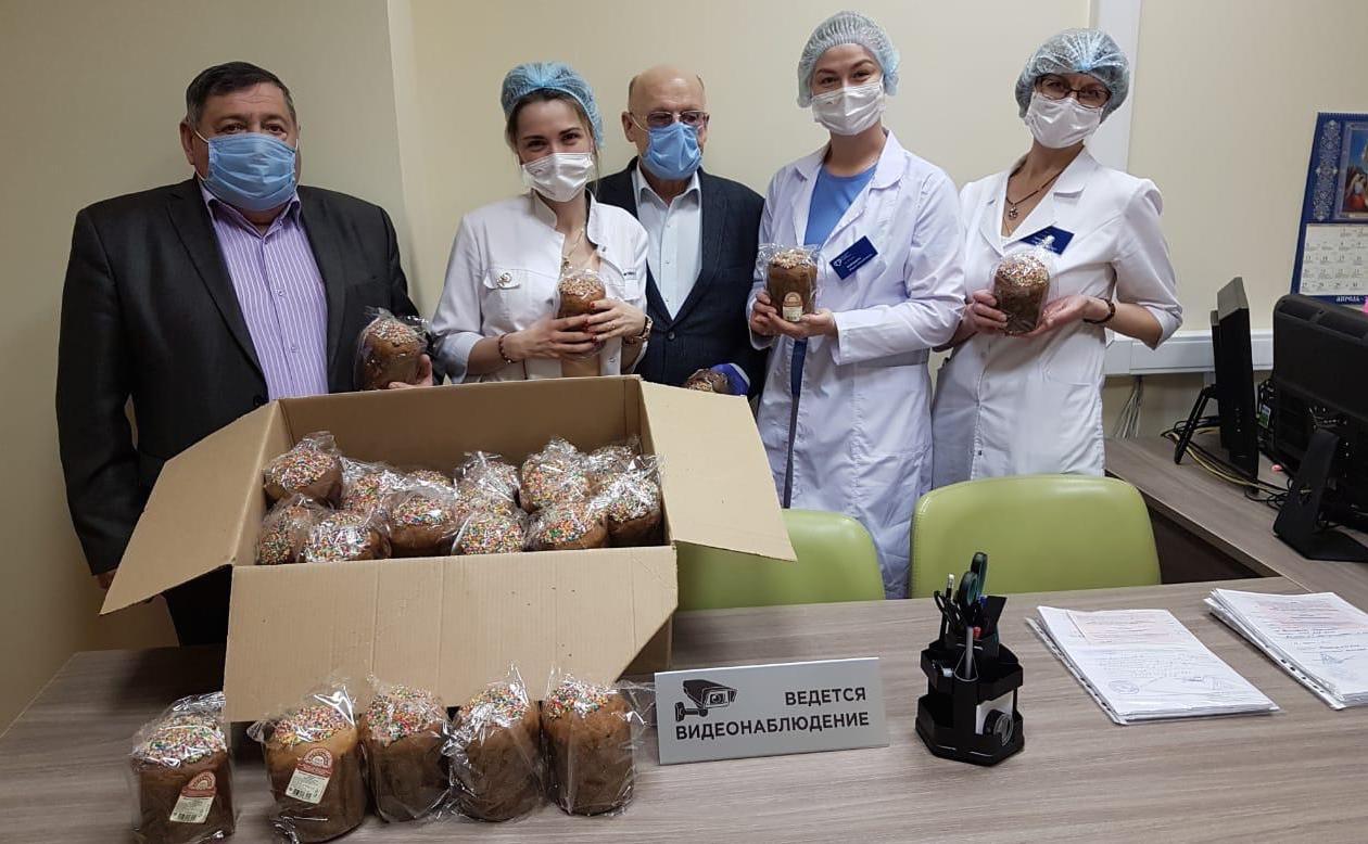 Врачам Ватутинской поликлиники вручили 50 пасхальных куличей