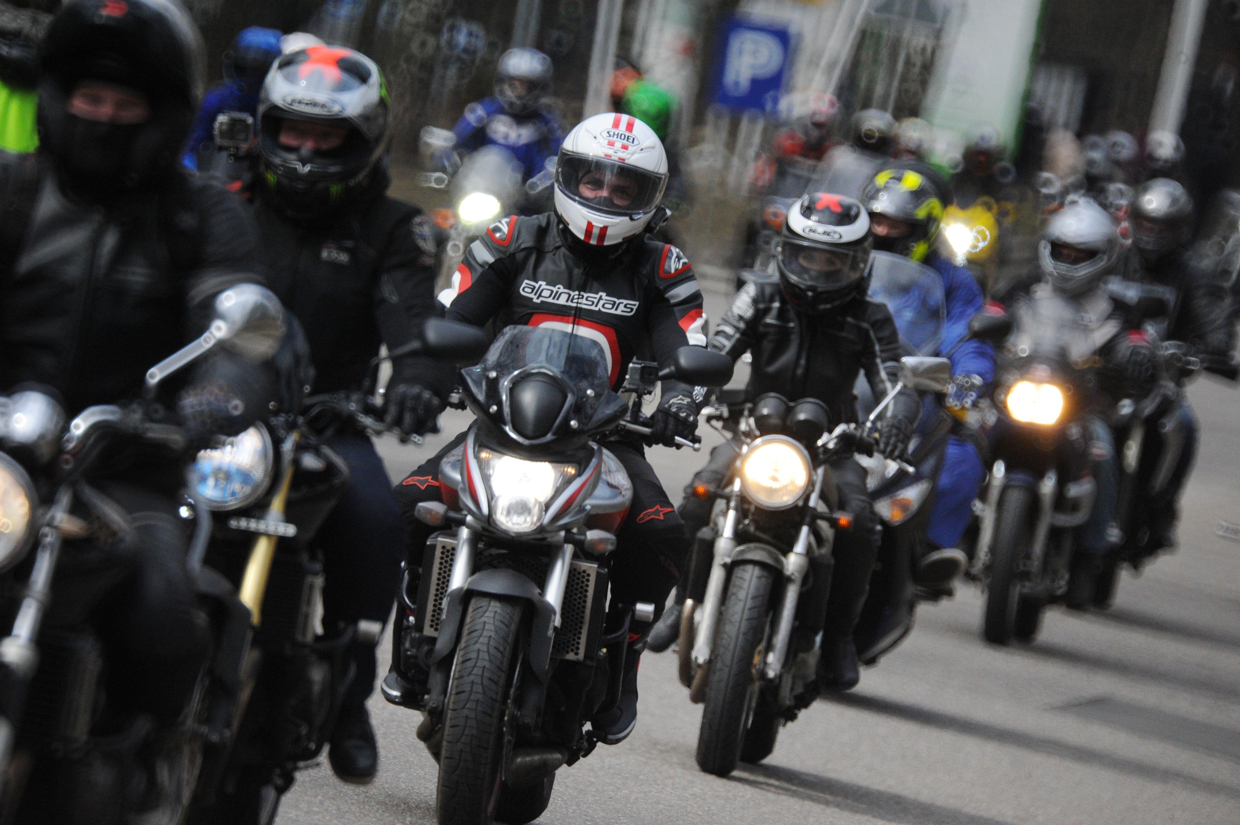 Мотоциклистов Москвы попросили не выезжать на дороги
