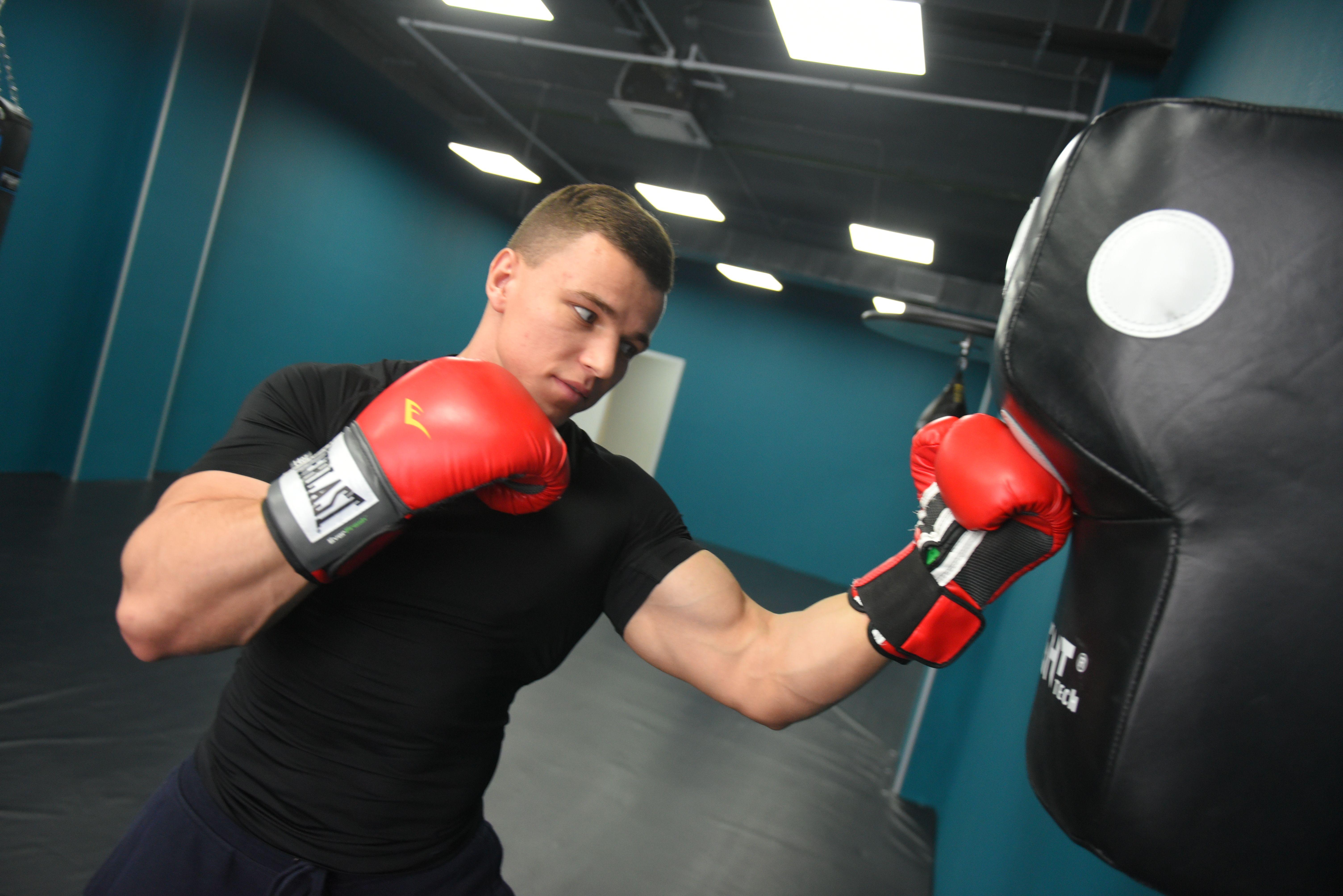 Технику удара отработали спортсмены из Троицка на виртуальной тренировке по боксу
