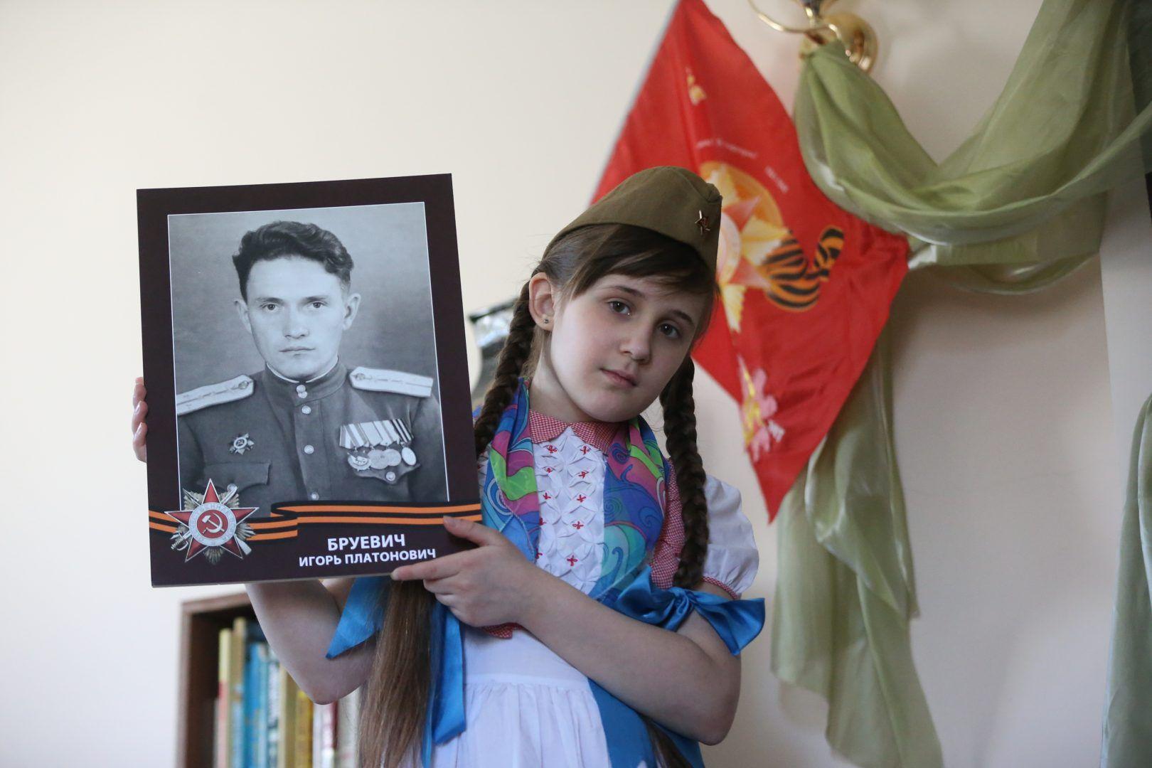 Наташа Кузнецова знает о подвигах своего прадеда Игоря Бруевича. Фото: Виктор Хабаров
