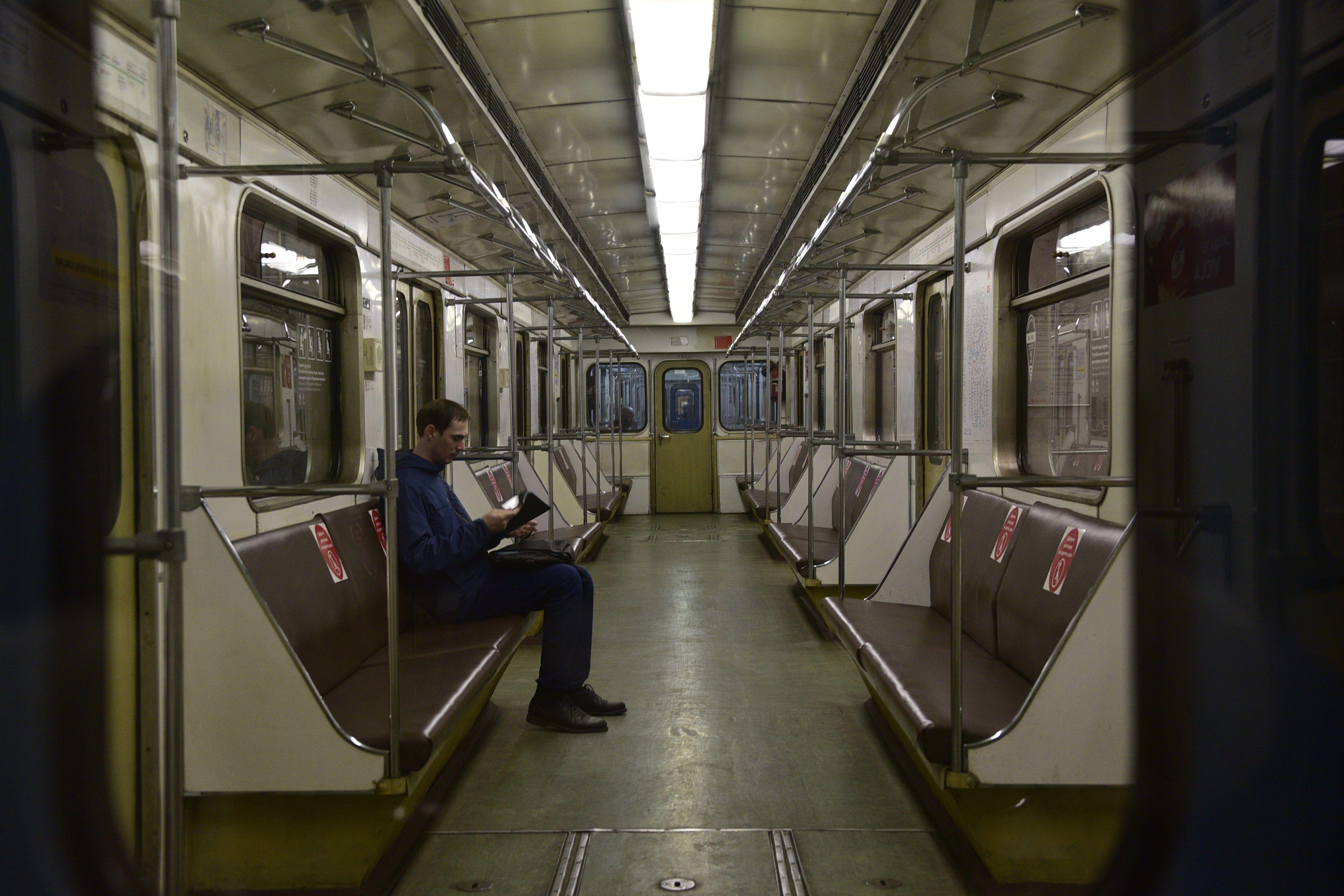 Напольные стикеры помогут пассажирам метро выбрать свободный вагон