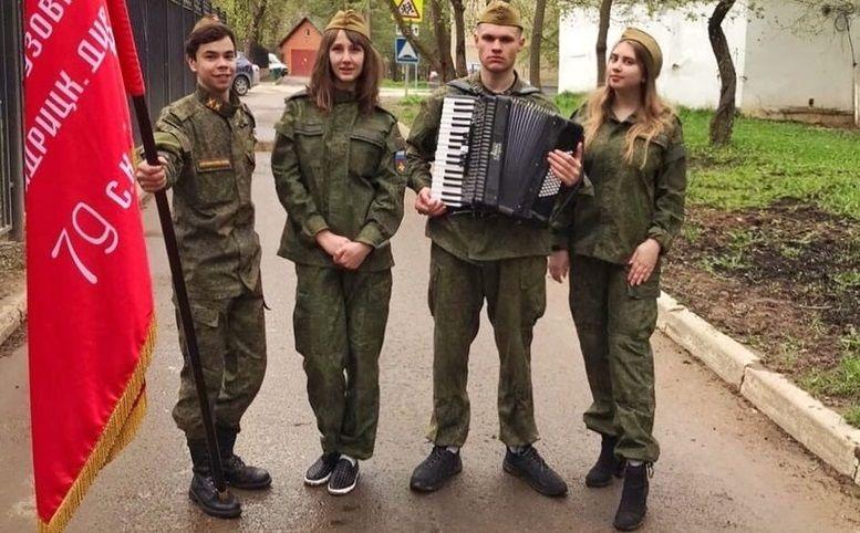 Молодые парламентарии из Михайлово-Ярцевского поздравили ветеранов с Днем Победы
